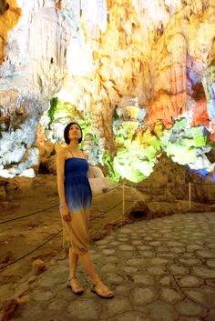 Halong Bay - Thien Cung Cave - Surrounded by thousands of stalactites in Thien Cung Cave in Halong Bay, Vietnam. Use your imagination and see what each piece looks like. ベトナム-ハロン湾-ティエンクン鍾乳洞は数千もの鍾乳石に囲まれています。長い月日がかかり形成された二つと無い様々な形の鍾乳石をみてイマジネーションを働かせます。