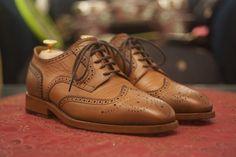 Brogsy to eleganckie buty, które idealnie wpisują się w smart casualową stylistykę. Ich charakterystyczną cechą są przyciągające wzrok zdobienia w postaci nietuzinkowych perforacji. Wyróżnia się kilka rodzajów obuwia typu brogues. Im mniej zdobień, tym dany fason jest uznawany za bardziej formalny.   #brogs #brogsy #brogues #butybrogsy #butybrogues