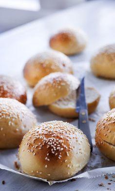 Parhaat hampurilaissämpylät – katso ohje!   Meillä kotona No Salt Recipes, Bread Recipes, Bread Rolls, Daily Bread, Bread Baking, Food Styling, Food Inspiration, Bakery, Sandwiches