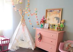 La chambre bébé de Rose - cute, baby room, chambre bébé, chambre fille, deco chambre bebe, vintage, commode rose, bleu, gris, tipi