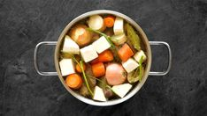 Hovězím vývarem začíná spousta klasických českých polévek a neobejdete se bez něj ani při vaření řady tradičních omáček. Na videu uvidíte jak vývar správně založit a co všechno do něj patří. Fruit Salad, Salsa, Menu, Vegetables, Ethnic Recipes, Food, Menu Board Design, Gravy, Salsa Music