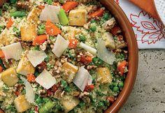 couscous quinoa Ingrédients 1 1/2 t (375 ml) d'eau 1 1/2 t (375 ml) de couscous 1 c. à tab (15 ml) d'huile d'olive 1 paquet de tofu ferme, égoutté et coupé en cubes (454 g) 4 carottes hachées grossièrement 6 oignons verts coupés en morceaux de 1 po (2,5 cm) de longueur 2 t (500 ml) de petits pois 1/2 t (125 ml) de jus de citron 1/4 t (60 ml) d'huile d'olive 1 c. à tab (15 ml) de miel liquide 2 ml de sel 2 ml poivre noir 1/2 t noix Grenoble grillées, hachées 60 g parmesancopeaux