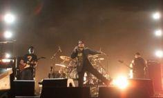 U2 U2 é uma banda de rock irlandesa formada no ano de 1976. O grupo é composto por Bono, The Edge, Adam Clayton e Larry Mullen Jr.. Wikipédia Vocalista: Bono Vox (1976–) Início da carreira: Dublin, República da Irlanda Integrantes: Bono Vox, The Edge, Adam Clayton, Larry Mullen Jr.