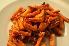 Paistetut rosmariini-porkkanat Carrots, Vegetables, Food, Carrot, Vegetable Recipes, Eten, Veggie Food, Meals, Veggies