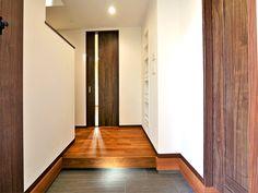 白い仕上げの壁と木目のコントラスト Sankyo, Oversized Mirror, Furniture, Design, Home Decor, Decoration Home, Room Decor, Home Furnishings