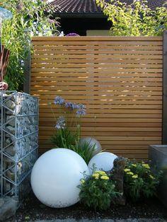 Sichtschutz Holz mit Moonlight Gartenlampe