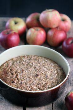 Denne bagt havregrød smager lidt af æble tærte. Den har en lidt krydret smag da der er kardemomme, muskatnød og kanel i. Perfekt til en søndag morgen.