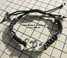 Geknoopte armband met hart connector en 2 kubus letter kralen. Gemaakt met de artikelen van Xitin Beads Beads Online, Hart, Jewelry Bracelets