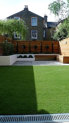 Lovely modern garden design courtyard easy lawn grass cedar hardwood privacy screen trellis low maintenance planting sandstone patio paving London … The post modern garden design courtyard easy lawn grass cedar hardwood privacy screen tre… appeared first on Home Decor ..