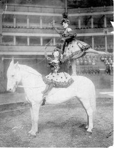 17 Vintage Photos of Circus Horses & Big Top Beauties Vintage Circus Photos, Vintage Pictures, Vintage Photographs, Vintage Images, Old Circus, Circus Acts, Circus Room, Art Du Cirque, Circo Vintage