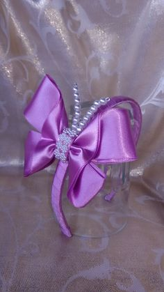 Tiara borboleta lilás, um charme! R$25,00  Encomendas pelo site ou whatzapp 61-982264875 Disponível nas cores rosa salmão, pink, branca, pérola, azul piscina, azul bebê, verde água e laranja.