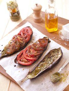 J'adore cette idée de recette : les aubergines grillées font office de tartines, parfumées au pesto et tomates fraîches. C'est frais et délicieux !