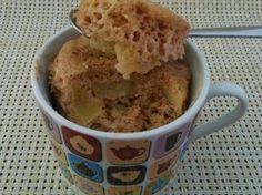 Fabulosa receta para Mug cake de manzana y canela. Desde que descubrí estos bizcochos en taza, que se hacen en el microondas, tan ricos y tan fáciles de hacer, es que solo puedo seguir haciendo más y más. Así que aquí os dejo otro nuevo mug cake, esta vez de manzana y canela. Empezamos.