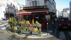 Le Soleil de la Butte connaît deux visages: le jour, ce restaurant pittoresque de la butte Montmartre attire les touristes comme le miel attire les