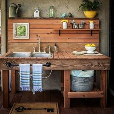 Are you sick of dirt inside your house during planting time? A potting bench is a great solution to that problem. Here are some inspiring potting bench ideas and potting bench plans so you can build your own potting table. DIY pallet potting bench & more! Station D'empotage, Potting Station, Pallet Potting Bench, Potting Tables, Potting Bench With Sink, Pallet Garden Benches, Outdoor Pallet, Wooden Benches, Pallet Gardening