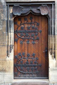 Antigua puerta de madera con bisagras de metal decorativas, forjadas — Imagen de stock #36180023