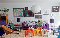A sala do arquiteto Mauricio Arruda segue o conceito de nesting (aninhamento). Ela acolhe com peças de amigos, como a obra de Felipe Morozini. E tem o chamado design de superfície: cores fortes e tecidos gostosos que despertam sensações agradáveis