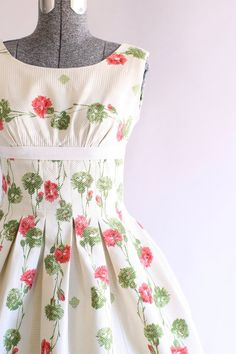291e0828d4d Vintage 1950s Dress   50s Cotton Dress   Red and Green Carnation Print Dress  w  Ribbon Detail XS
