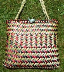 Resultado de imagem para Weaving flax - Harakeke                                                                                                                                                                                 More Flax Weaving, Basket Weaving, Maori Designs, Swedish Weaving, Maori Art, Plant Fibres, Birch Bark, Wicker Baskets, Quilling