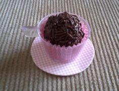 Mini xícara de acrílico, com pires em papel scrap e forminha com brigadeiro ou o docinho a sua escolha. R$ 3,00