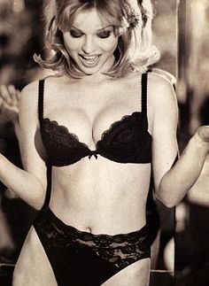 8add77293 Eva Herzigova na campanha Hello Boys da Wonderbra - Marca que levou os  sutias push up ao auge nos anos 90