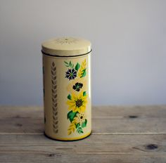 vintage floral tin via woolstock on etsy.com