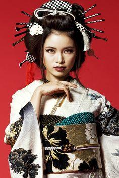 花魁風振袖 白地/黒色 花魁(おいらん)風振袖が大人気 孔雀(クジャク) Japanese Geisha, Japanese Beauty, Asian Beauty, Moda Kimono, Yukata Kimono, Traditional Fashion, Traditional Outfits, Japanese Lifestyle, Geisha Art