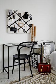Työhuoneen pieni nurkkaus syntyi Ikean pöydästä ja Ton14-tuolista, jonka Laura hankki Formesta. Ilmoitustaulu on kotimaisen Gauharin. Matto on Ellos Homen.