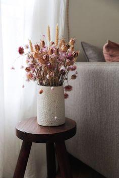 Fleurs séchées - Dried flowers / Chic and bohemian apartment in Paris - Appart. Dried Flower Arrangements, Flower Vases, Dried Flowers, Bohemian Apartment, Deco Floral, Motif Floral, Blog Deco, How To Preserve Flowers, Interior Inspiration