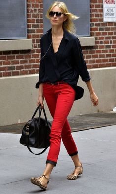 24 Super ideas how to wear red pants casual colored jeans Red Pants Fashion, Red Pants Outfit, Fashion Outfits, Flat Shoes Outfit, Fashion Ideas, Fashion Scarves, Blue Pants, White Pants, 1950s Fashion
