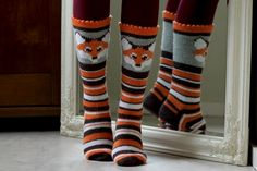 great fox socks Crochet Fox, Crochet Socks, Knitted Slippers, Knit Mittens, Knitting Socks, Hand Knitting, Knitting Patterns, Fox Socks, Colorful Socks