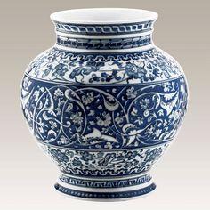 El Yapımı Vazo No. 7  Kütahya Porselen Ürün Kodu : LT24VZ119029    El Yapımı Vazo, dünya müzelerindeki orijinal iznik çinilerinin, porselene uyarlanarak üretilmiş replikalardan biridir. Vazonun orjınali Victoria & Albert müzesinde bulunmaktadır.