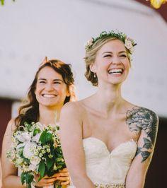 Une mariée avec un magnifique sourire et un sublime tatouage