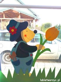 Ostrzegałam ostatnio, że zrobi się tu mega wiosennie ... i słowa dotrzymuję ;) Zatem dziś na tapecie - moja ubiegłoroczna dekoracja okien... School Window Decorations, Decoration Creche, Animal Crafts, Happy Kids, Diy Toys, Flower Crafts, Art Lessons, Dinosaur Stuffed Animal, Paper Crafts