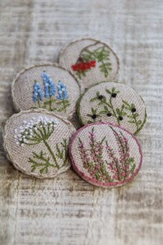Wonderful Ribbon Embroidery Flowers by Hand Ideas. Enchanting Ribbon Embroidery Flowers by Hand Ideas. Felt Embroidery, Silk Ribbon Embroidery, Floral Embroidery, Cross Stitch Embroidery, Embroidery Patterns, Broderie Simple, Fabric Brooch, Fabric Jewelry, Fabric Crafts