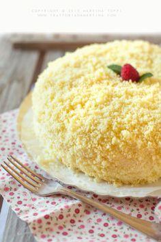 La torta mimosa è decorata con briciole o cubetti di Pan di Spagna che ricordano la mimosa e per questa ragione viene preparata in occasione della Festa della Donna.