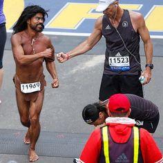 Postales de la Maratón de Boston Descalzo con solo un taparrabos un collar y el dorsal Glen Raines el Hombre de las Cavernas de 50 años cruzó la meta en 3:40:43. #bostonmarathon #running #estilo