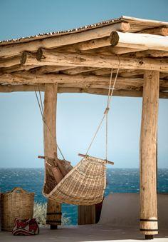 Have you seen these photos of a luxurious Mykonos Beach Club? Located nearby San Giorgio Mykonos Hotel, Scorpios is a sophisticated new social club. Scorpios Mykonos, Villa Am Meer, Outdoor Spaces, Outdoor Decor, Beach Bars, Beach Club, Rustic Chic, Island, Hammocks