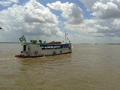 Barco navegando pela Baía do Guajará em Belém do Pará, Brasil.