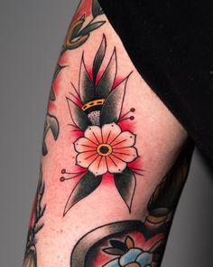 By @lore_marc_tattooer del profilo di lore_marc_tattooer #tattoodefender #tattoodefenderteam #tattoodefenderaftercare #tatuati #tatuatori #loveyourskin #tattooartist #popart #ink #tattooworld #inkedup #bestink #tattooworkers #tattoos #traditonal Traditional Rose Tattoos, Traditional Roses, Pop Art, Art Pop