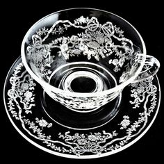 日本で大変人気の高いフォストリア社ロマンスパターンのカップ&ソーサーです。リボンとローズのエッチングは品格とかわいらしさがあり、ティータイムのおもてなしから、普段使いにまでお使いいただけます。また、とても丈夫でお手入れにも手間のかからないところもディプレッショングラスの良いところです。サイズカップ径:約9.5cm高さ:約8.5cmソーサー径:14.5cm状態ヴィンテージ(1940年頃)のお品になりますので、経年による使用感があるものもございますが、欠けやヒビのない良い状態です。状態などお気になる点がございましたら、お気軽にお問い合わせ下さいませ。(アンティーク・ヴィンテージのお品は、 ご返品をお受けすることが出来ません。 ご了承くださいませ。)