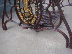 Kaki mesin jahit singer tua. Tampak detail kaki