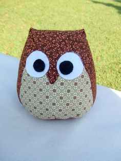 Risultati immagini per como fazer peso de porta facil Fabric Toys, Fabric Birds, Fabric Crafts, Sewing Crafts, Felt Animal Patterns, Owl Patterns, Sewing Patterns, Quilt Square Patterns, Quilt Patterns Free