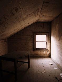 「scary attic」的圖片搜尋結果