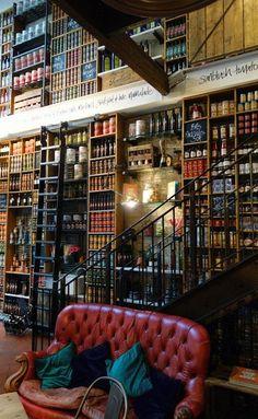 de boekenwall. essentieel voor het huiselijke gedeelte. leuk om er een geheime kamer achter te kunnen bouwen met een ruimte voor private dining
