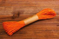 Κορδόνι Χάρτινο Πορτοκαλί  Κορδόνι χάρτινο σε χρώμα πορτοκαλί.Εξαιρετικά σταθερό και φυσικό για όμορφα, γερά δεσίματα. Ιδανικό για να δέσετε μπομπονιέρες, προσκλητήρια καθώς και λαμπάδες γάμου, λαμπάδες και κουτιά βάπτισης και λαδοσέτ, αλλά και χριστουγεννιάτικα στολίδια.Χρησιμοποιήστε το επίσης σε συσκευασίες δώρων, κατασκευές και χειροτεχνίες.Μήκος: 20m