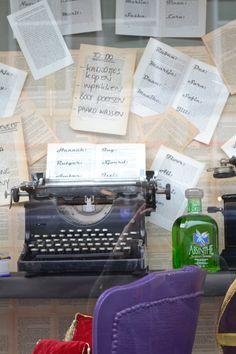 Sinterklaas etalage Old typewriter and absinth www.blik.nu