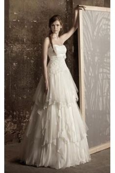 abito da sposa due pezzi confezionato in chiffon e pizzo con decorazioni,scollo dritto,strascico a terra