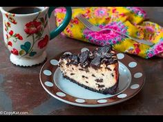 Make a classic cookies and cream cheesecake with this Cheesecake Factory Oreo Cheesecake copycat recipe and video. It's simply the best dessert! Cheesecake Factory Oreo Cheesecake, Basic Cheesecake, Cookies And Cream Cheesecake, Cheesecake Factory Recipes, Birthday Cheesecake, Fun Desserts, Delicious Desserts, Dessert Recipes, Drink Recipes