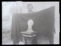 Preparativos para fotografiar una escultura, en la que un hombre sujeta un manto para conseguir un fondo neutro. Negativo de vidrio. Fondo Gómez-Moreno/Orueta.   http://bvirtual.bibliotecas.csic.es/csic:csicalepharc000081792